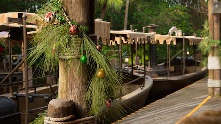 Jungle Cruise décoré avec des aiguilles de pin et des décorations de Noël