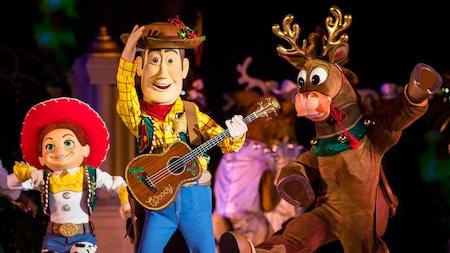 Woody y Jessie de las películas Toy Story junto a los renos de Santa Claus en el Parque Temático Magic Kingdom