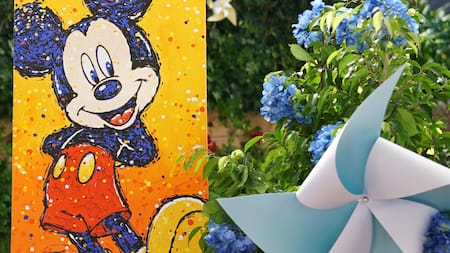 Un lienzo adornado con una pintura de Mickey Mouse durante el Epcot International Festival of the Arts