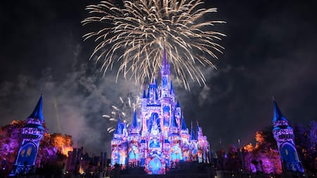 Des feux d'artifice tout autour du Cinderella Castle lors de Happily Ever After au parc Magic Kingdom