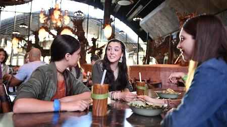Un grupo de mujeres jóvenes disfrutando de una comida en Satu'li Canteen en Pandora – The World of Avatar