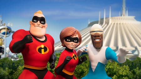 Mr. Incredible, Elastigirl e Frozone posam perto da Space Mountain