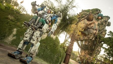 Um piloto manobra uma Pandora Utility Suit de dez pés de altura em Pandora The World of Avatar