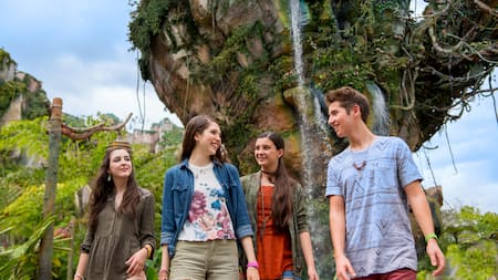 4 teens walk through Pandora – The World of Avatar