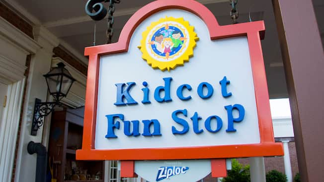 "Un letrero que dice ""Kidcot Fun Stop presented by Ziploc"""