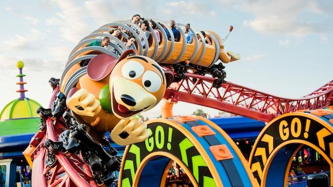 Un grupo de personas en Slinky Dog Dash