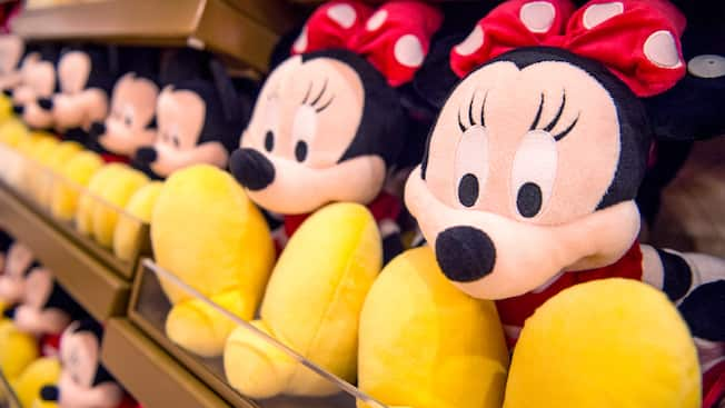 Peluches de Minnie Mouse en un estante