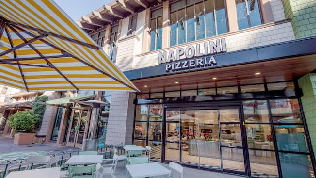 The front entrance to Napolini Pizzeria features patio dining space
