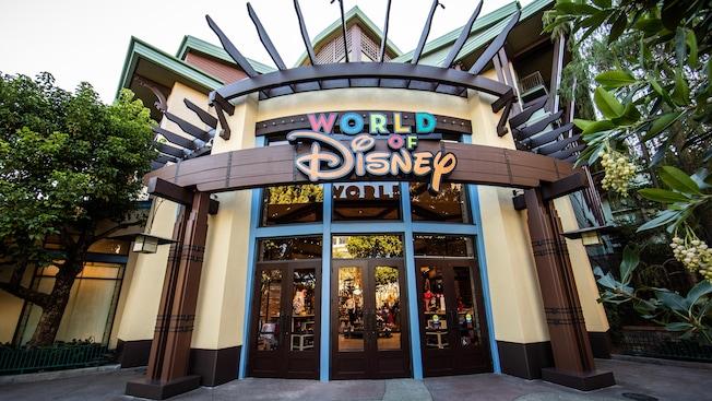 La entrada a la tienda de World of Disney cuenta con coloridos carteles