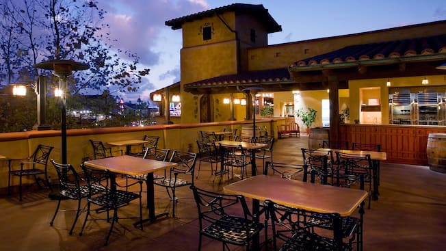 Patio en Alfresco Lounge en Golden Vine Winery, un restaurante de Disneyland Resort