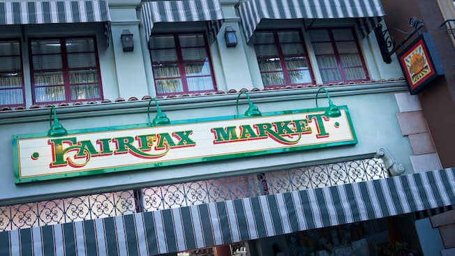 Letrero de Fairfax Market en Disney California Adventure Park