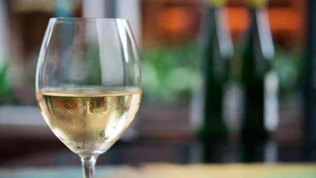 Vino blanco en una copa en Mendocino Terrace en Golden Wine Winery