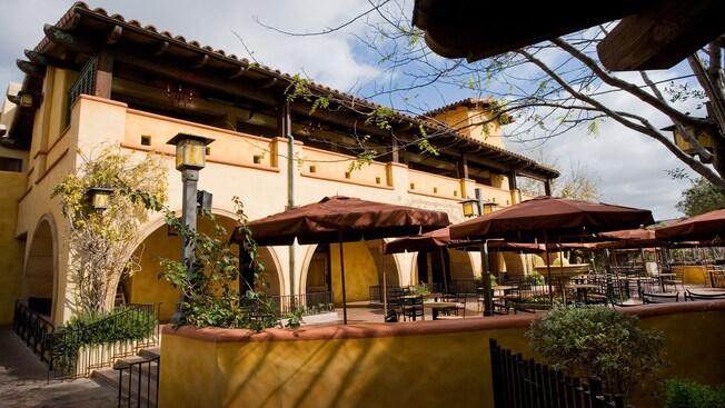 La arquitectura con inspiración italiana de Wine County Trattoria, un restaurante de Disney California Adventure