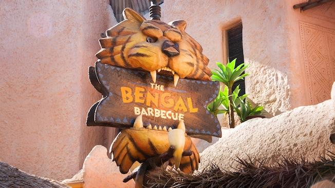 Letrero con un tallado de madera de la cabeza de un tigre, restaurante Bengal Barbecue en Disneyland Park