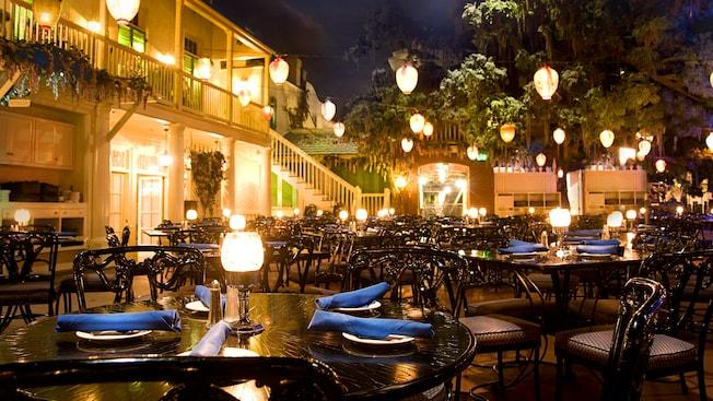Mesas del restaurante están bajo el ocaso infinito en el restaurante Blue Bayou