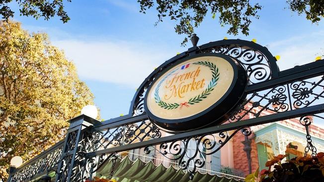 Vistoso letrero de French Market Restaurant en Disneyland Park