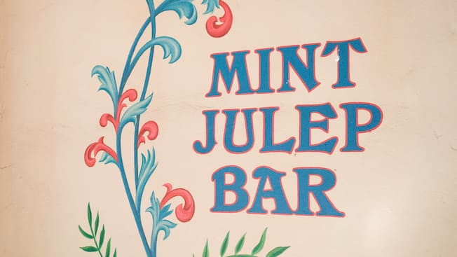 Letrero de Mint Julep Bar, restaurante de French Quarter en Disneyland Park