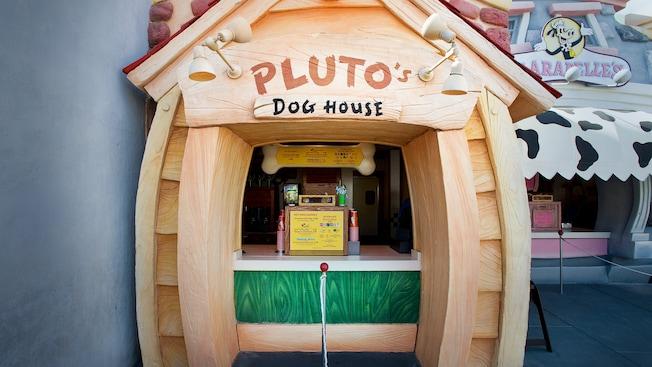Letrero y menú de Pluto's Dog House, un puesto de hot dog en Disneyland Park