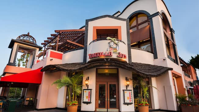 Entrada y letrero de la Cantina Mexicana Tortilla Jo's en Downtown Disney District