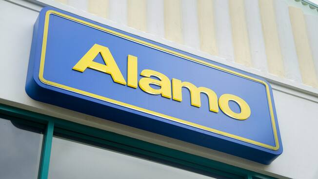 Letrero de Alamo en la ubicación del alquiler de automóviles de Downtown Disney en Disneyland Resort