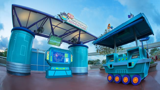 Um quiosque de centro de recrutamento para o Disney Phineas and Ferb: Agent P's World Showcase Adventure no Epcot