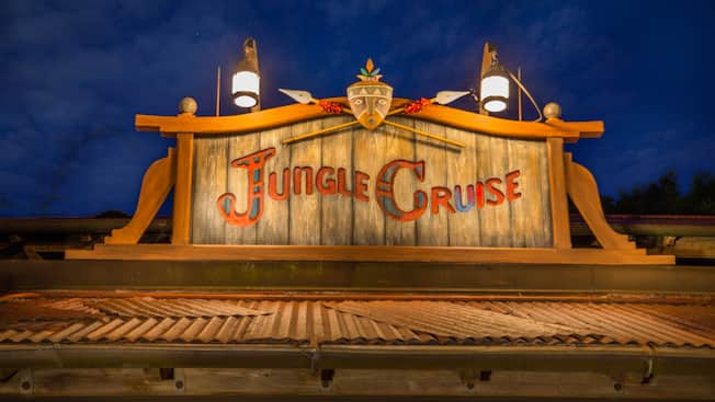 Panneau en bois gravé indiquant «Jungle Cruise» au sommet d'un bâtiment