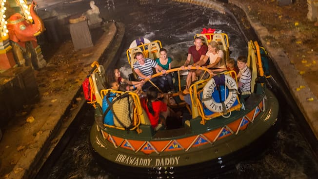 Visitantes de todas as idades se seguram firme enquanto passeiam na Kali River Rapids do Disney's Animal Kingdom Park