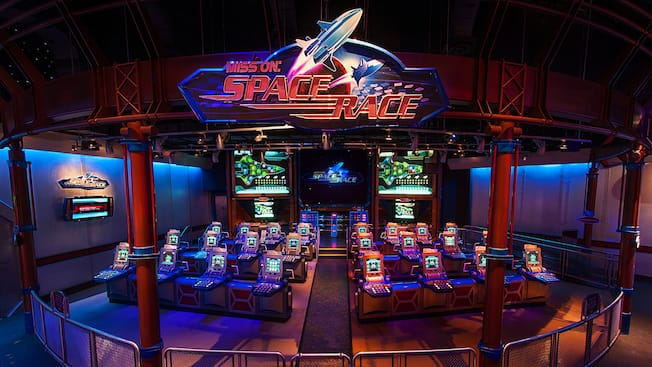 Mission: Space Race, com fileiras de telas de controle no Advanced Training Lab