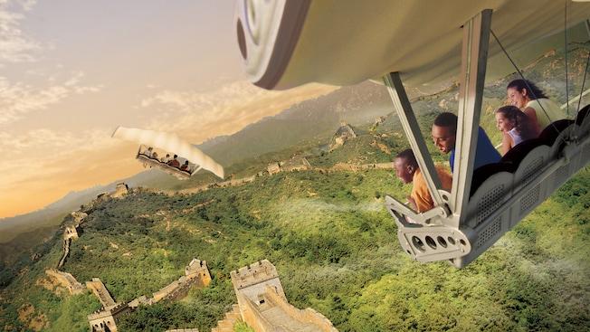 Uma família de visitantes sorri enquanto voa sobre a Grande Muralha da China na Soarin' Around the World