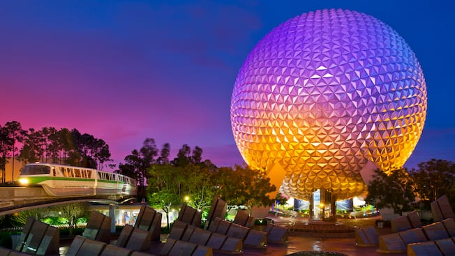 Spaceship Earth durante a noite, ao lado do Leave a Legacy Plaza e um trem do monotrilho no Epcot