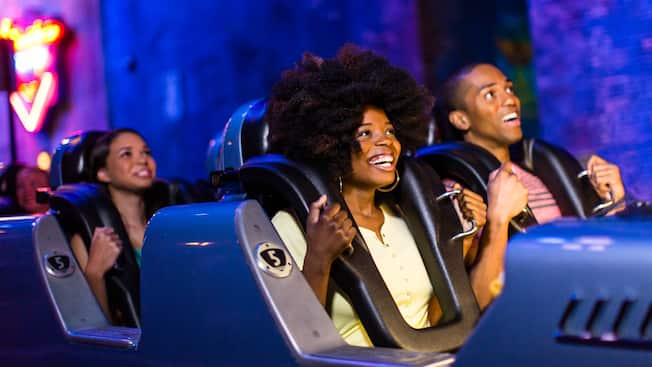 Des personnes dans les wagons du Rock 'n' Roller Coaster Starring Aerosmith à Disney's Hollywood Studios