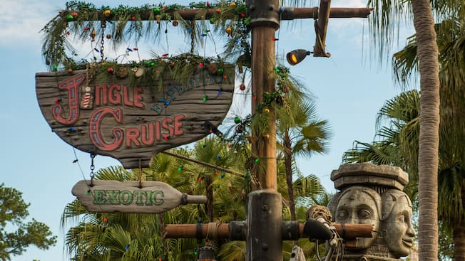 "El letrero de ""Jungle Cruise"", en el Parque Temático Magic Kingdom, con decoraciones navideñas y con el nombre ""Jingle Cruise"""