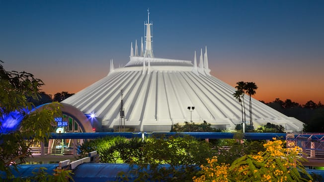 El amanecer sobre la edificación que alberga Space Mountain
