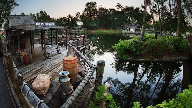 Un muelle de madera donde los Huéspedes se embarcan en balsas que cruzan Rivers of America hacia Tom Sawyer Island