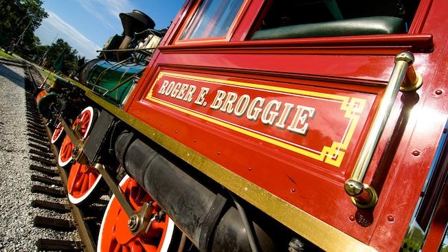 """Vista en ángulo de un motor de vapor rojo con el nombre """"Roger E. Broggie"""" pintado en él"""