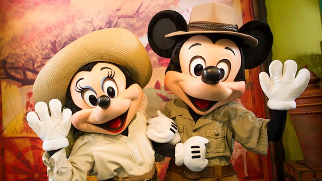 Safari Mickey y Safari Minnie saludan con la mano en Adventurers Outpost