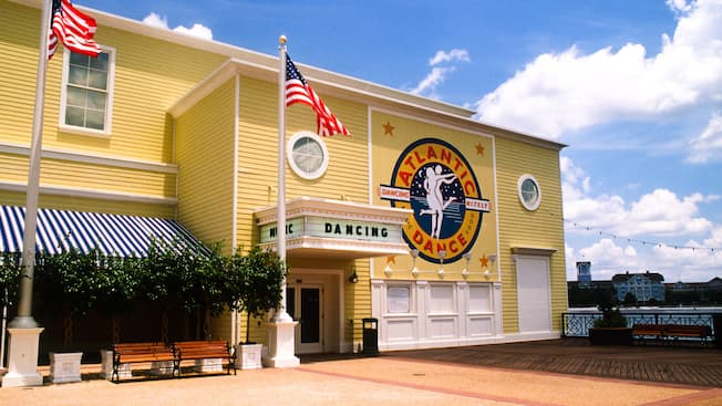 Alegre exterior amarillo del Atlantic Dance Hall