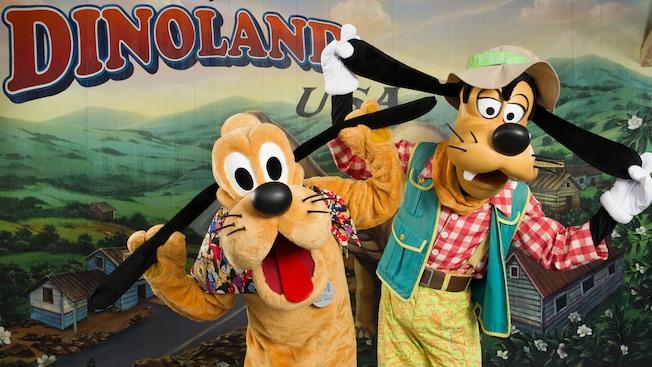 Goofy y Pluto se tiran de sus propias orejas en Conoce a Goofy y Pluto, en DinoLand, U.S.A.