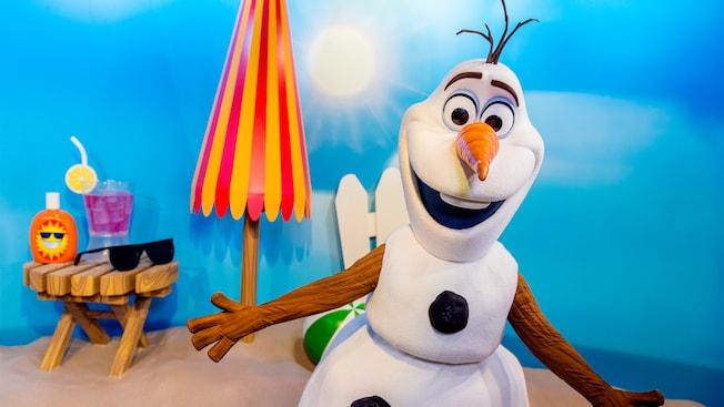 Olaf espera a los Visitantes de todas las edades durante una experiencia de Encuentro con Personajes en Disney's Hollywood Studios