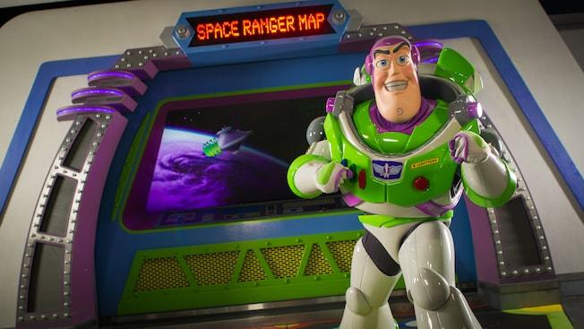 Buzz Lightyear está frente a un letrero electrónico con el mensaje: 'Space Ranger Map'