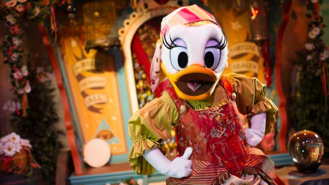 Daisy, como Madame Daisy Fortuna, en Pete's Sideshow de Fantasyland en el parque Magic Kingdom