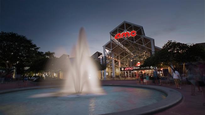 Una fuente decorativa frente al cine AMC Disney Springs 24 al atardecer