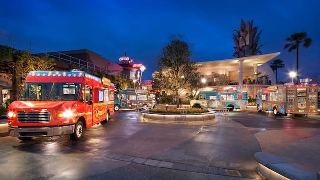 Camiones de comida estacionados debajo de las luces nocturnas de Disney Springs en Walt Disney World Resort