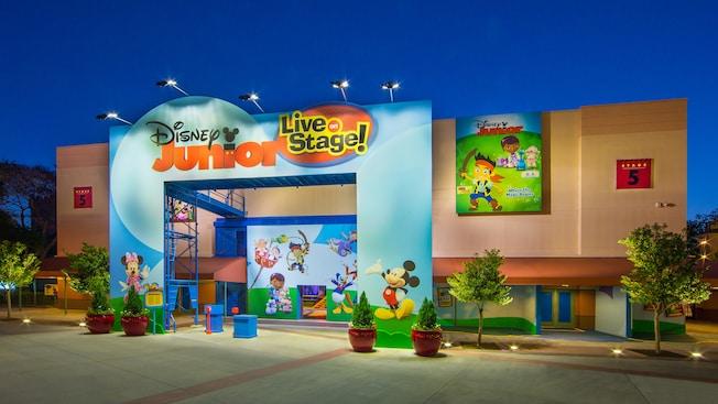 Parte externa do Disney Junior - Live on Stage! teatro com pinturas de personagens da Disney