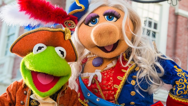 Kermit the Frog and Miss Piggy wearing period costumes