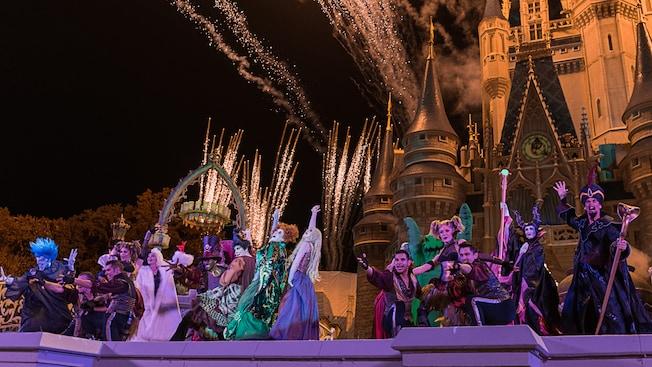 Personagens Vilões Disney se apresentam perto do Cinderella Castle durante o Hocus Pocus Villain Spelltacular