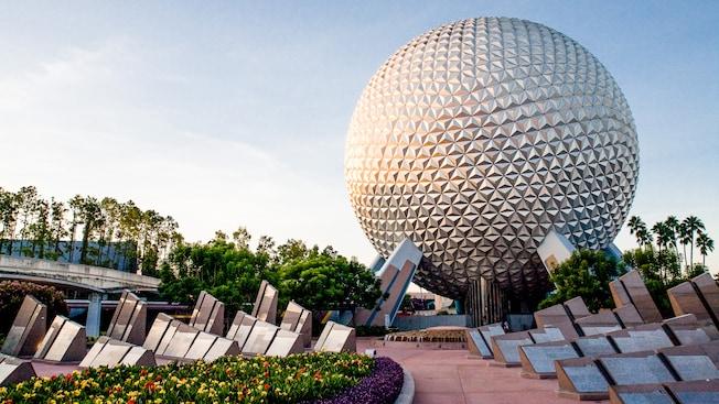Decenas de monolitos de granito pulido detrás de Spaceship Earth en el área del UnDISCOVERed Future World en el parque temático Epcot