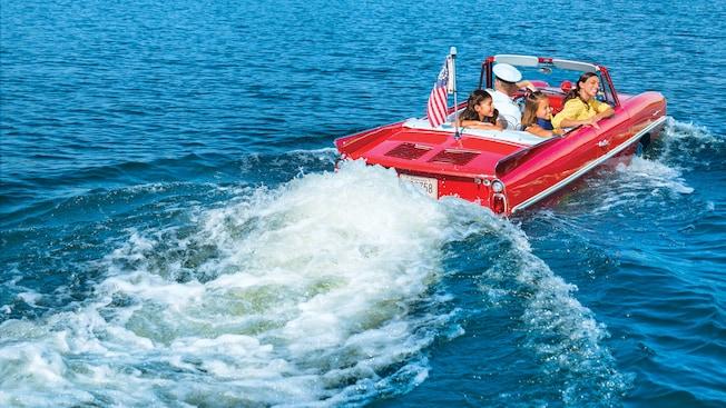 Una madre y sus 2hijas disfrutan a bordo de un autoanfibio de época guiado por un capitán