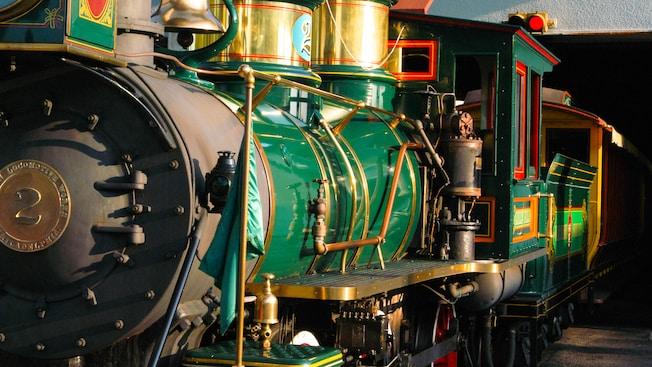 Une ancienne locomotive à vapeur d'un vert étincelant