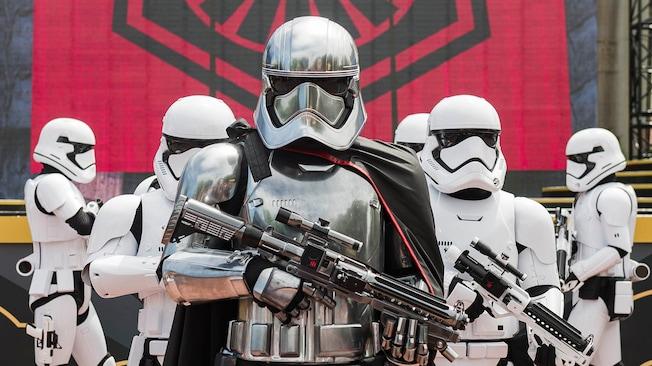 Los Personajes de Star Wars Captain Phasma y Stormtroopers de la Primera Orden